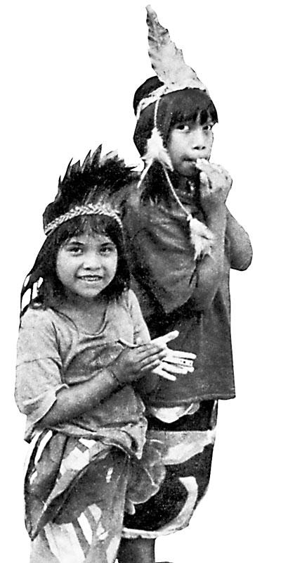 Дети племени мака, чьим вождём был генерал