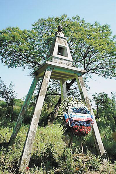 Памятник с прахом генерала