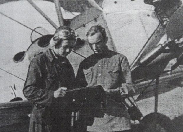 Курсант Чернышев (слева) во время учёбы в Сасовском лётном училище