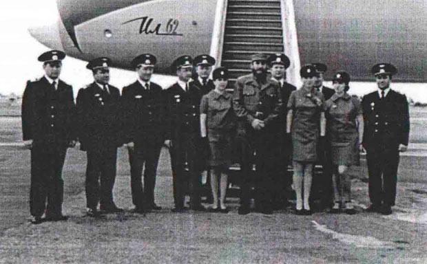 Рэм Чернышев (4-1 слева), экипаж и Фидель Кастро в Гаване